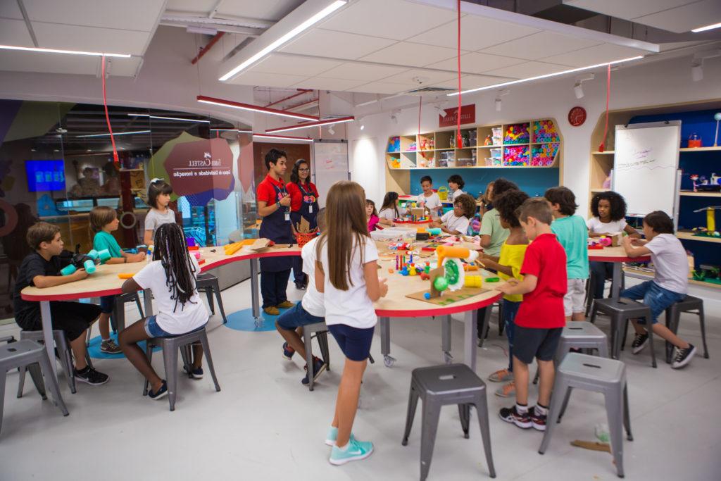 Crianças conhecendo o espaço de Aprendizagem Criativa da Faber-Castell.